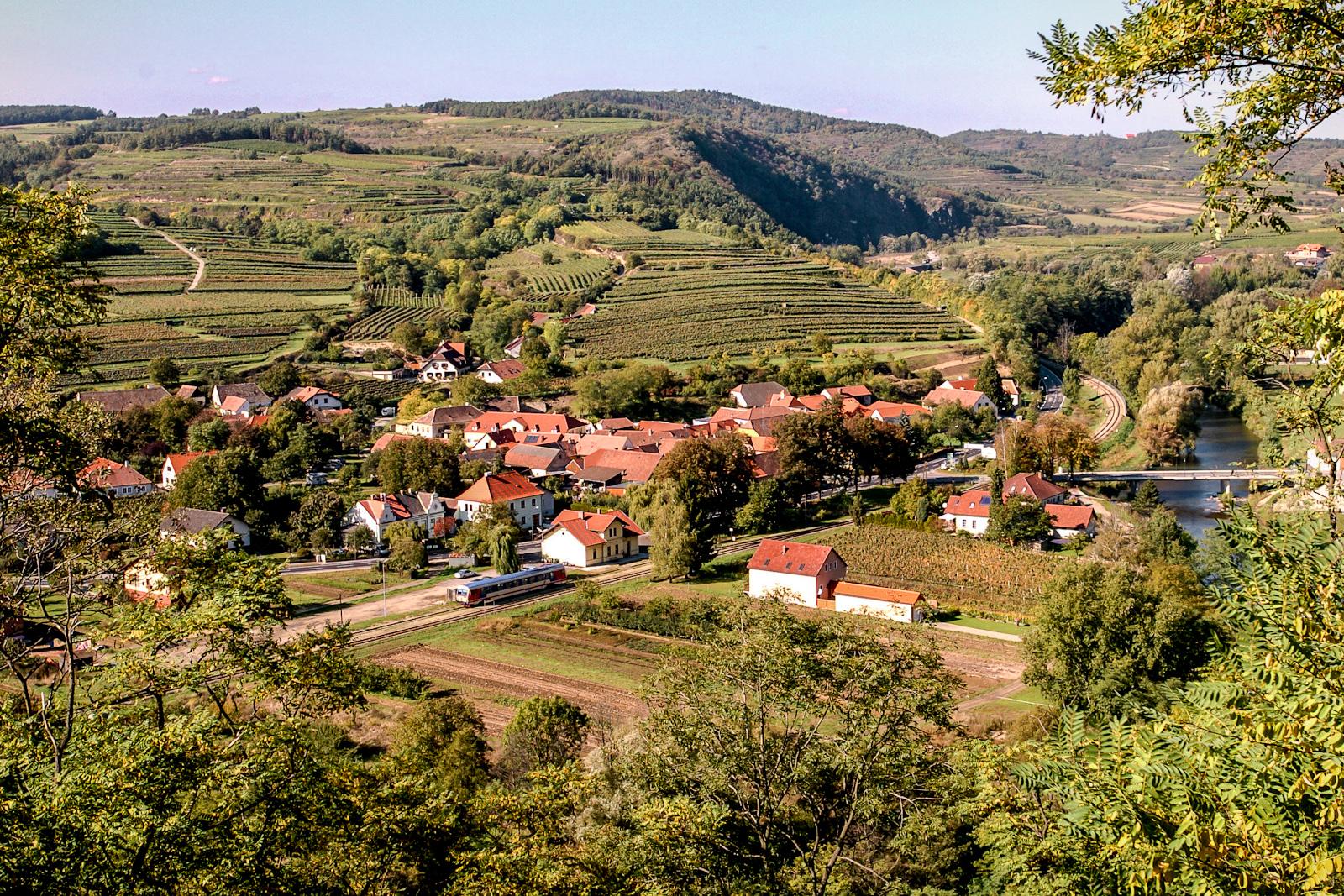 In Schönberg am Kamp treffen die Südhänge des Manhartsberges mit ihren typischen Weinterrassen auf die Flusslandschaften des Kamps und die Ausläufer des mystischen Gföhlerwaldes. (Foto: Robert Herbst)